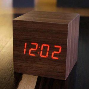 drewniany zegar z budzikiem