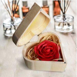 mydlana róża w pudelku